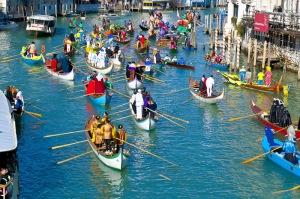 Beim Karneval von Venedig erstrahlt die Stadt in einer Farbenpracht wie sonst das ganze Jahr über nicht, Italien
