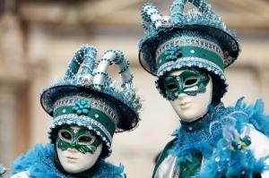 Die typischen Masken des Karnevals von Venedig, Italien, kommen in vielen europäischen Haushalten auch als Deko-Artikel zum Einsatz